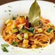 「オルトナーラ」とは、イタリア語で「野菜がたっぷり」という意味。その名の通り、10種類以上の野菜が入った、ヘルシーながら濃厚なトマトソースです。野菜は季節や仕入れ状況で種類が異なります。