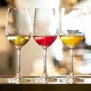 ワインペアリングだけでなく、お酒が飲めない人のために台湾茶ベースのティーペアリングも用意。写真左:大禹領(ダイウリョウ)、中央:熟香烏龍(ジュクカウーロン)のブレンド茶、右:微酸金萱(ビサンキンセン)