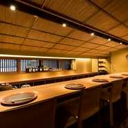 2階にあるカウンター席では、料理人が1人ついて対面で料理を提供してくれます。特別感があり、接待などのおもてなしの席に最適。美味しい料理と洗練された雰囲気が、和やかな時間を演出してくれます。