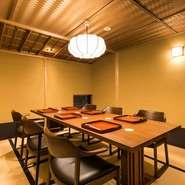 2階には大きめの座敷が用意されており、最大20名まで利用できます。落ち着いた和の造りで、法事後の会食など、格式を大切にしたい席に誂え向きです。故人を忍びながら、和やかなひとときを。