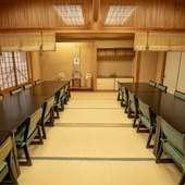 畳敷きの温かみのある和室でゆったりと食事を楽しむ