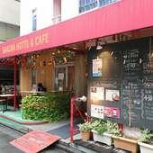 赤いシェードが目を引く、ホテルの1階にあるカフェレストラン