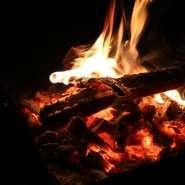 真っ赤に揺らめく炎は癒し効果があるので、眺めているだけでリラックスできる。