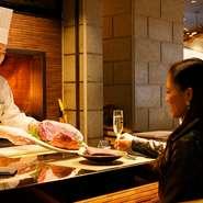 日本各地のナラ・ブナ・杉などの薪を使用した本格薪火窯で調理した料理は、豪快且つ繊細な味わい。素材の旨味を包み込み高温で焼き上げられた肉や季節野菜のしっとりした食感や甘い香りに、思わず笑みがこぼれます。