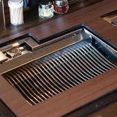 ヘルシーかつジューシーに焼き上げる、特別製の無煙ロースター