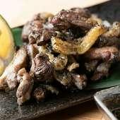 炭の香りをまとったプリプリの肉は、噛むほどに旨味が溢れ出し、箸がどんどん進む地鶏の『もも焼き』