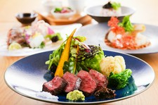 旬の食材を贅沢に使った料理長のおまかせコースとなっております。