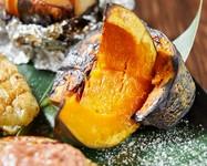 美味しさの秘密はわらの燃焼温度の高さと、その香ばしい風味。作りおきは一切せず、オーダーが通ってから焼き上げる藁焼きかぼちゃは、藁の香りとかぼちゃの甘さが絶妙