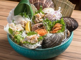 豪快に盛り付けられた『貝のお造り盛り合わせ』