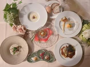 地元の食材を中心に、旬の野菜や魚をふんだんに使った贅沢コース
