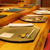 男女とも大人のお一人様も多め。隠れ家的な寿司処で憩える