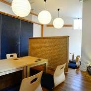 白木を多用した和モダン調の明るい店内。和紙を張った照明やフロアスタンドの柔らかい光に包まれています。小上がり席は掘りごたつ式で、足を伸ばしてくつろげると人気です。
