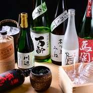 全国から厳選した地酒が豊富に揃っています。おすすめの日本酒を飲み比べできる『日本酒 利き酒セット三種』は、日本酒通はもちろん初心者にも好評。バラエティ豊かな焼酎も見逃せません。