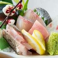 玄界灘で獲れた新鮮な魚を、店主自ら毎日港町で厳選。その日仕入れたばかりの良質な魚介を味わえる豪華な一品です。中でも店主のイチオシは鯛。一本釣りの鯛は味が格別だそうです。