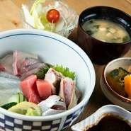 朝仕入れた鮮魚をランチで味わえるので、鮮度抜群。「これでこの値段は安すぎる」という声も少なくありません。副菜におばんざいやサラダも付くため、ボリュームもたっぷりです。
