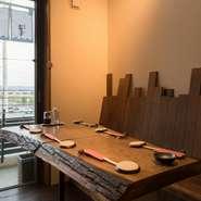 木のぬくもりを感じられる店内、素朴なテーブル席、ゆったりとくつろげる空間がここにはあります。美味しい料理をのんびりいただく…そんな、アットホームな時間を過ごせます。