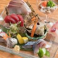 その日水揚げされた魚介が、全国から空輸で届けられます。当日夜の食材として使われるため、鮮度の良さは折り紙付き。引き締まった身の美味しさを、ぞんぶんに味わえます。