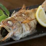 旬の旨い地物魚介が集う海鮮居酒屋。鮮度抜群の日本海の幸を市場直送で仕入れ、素材の持ち味を活かした料理で提供。大ぶりサイズ限定の贅沢な『のどぐろの塩焼き』、日替わりの『刺し盛り』は、はずせない逸品!