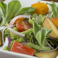 旬魚介に加え、石川が誇る山里の幸も四季折々の味覚が揃います。加賀太胡瓜、甘栗かぼちゃ、金時草、加賀つるまめなど、季節ごとの加賀の伝統野菜も豊富。朝どれ野菜でつくる『シーザーサラダ』などでどうぞ。