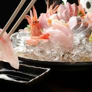 幅広い年代の方のデート、ご夫妻での食事にも格好の一軒。どこか懐かしい昭和の雰囲気の中、旬の和食と美味しいお酒に憩えます。日本酒は北陸三県の地酒が揃い、『菊姫』『農口』をはじめ、地元の銘酒がずらり。