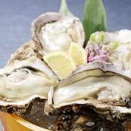能登半島の最上質な岩牡蠣を鮮度抜群の状態で仕入れ、生牡蠣でご提供。大粒の身の食感、ミルキーで濃厚な風味が絶品です。ポン酢やレモンなど柑橘を爽やかにきかせてどうぞ。日本酒によく合います!