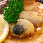 北海道産の帆立を自家製タレで炙ります。 ジューシーな肉厚帆立をお楽しみください。