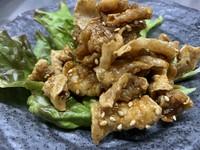 サクサクな鶏皮の唐揚げに、自家製のアマダレをからませて。胡麻の風味が香り良い!