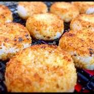 魚や肉など食材の旨みがしみ込んだろばたの網で、じっくり焼いたおにぎりは絶品。能登産米と金沢の醤油を使い、香ばしく焼き上げた『焼きおにぎり』は、皆がシメにリクエストする人気メニューです。