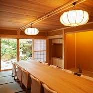 掘りごたつの完全個室が、4~12名の席が用意されています。接待や大切な人を招いての会食、特別な日のデートに最適。プライベートな空間で、ゆったりと富山の旬食材を味わえます。
