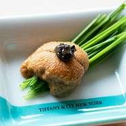 Tiffany&Co.の豪華食器と江戸前寿司のコラボレーションでおまかせコースを華やかに演出致します。記念日や大切な方へのディナーにオススメです。