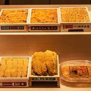 """新鮮なネタは店主の目利きで、市場から毎日仕入れています。厳選された食材を、職人の手仕事で見事な鮨と和食に昇華。季節感ある""""今だけ""""の味覚を存分に堪能できます。美食を知る大人にこそ訪れて欲しい一軒です。"""