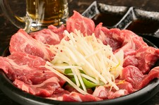 鮮度にこだわり、ラム肉の仕込みにこだわり、特製の陶板で焼き上げるジンギスカン食べ放題!
