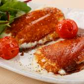 食感と味わいに夢中になる『ファットリアビオ 北海道のカチョカヴァロチーズ焼き(焼きミニトマト添え)』