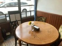 表通りを眺められる丸テーブルは人気の予約席