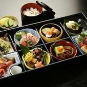 ハレの日にちょうどいい。見た目にも美しい本格的な日本料理を、自宅や職場でも味わえる『松花堂弁当』