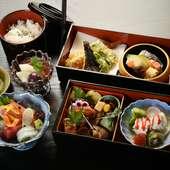 女性はもちろん、軽めの食事を楽しみたい男性にも人気。上品でヘルシーなランチの『松花堂コース』