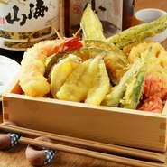 国産鶏むね肉や旬の野菜をはじめとした、上質な食材を使った天ぷらが存分に堪能できます。米油でサクサクに揚げた天ぷらは、素材そのものの旨みが引き立つ、さっぱりとした味わいです。