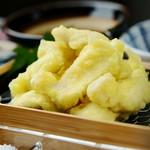 しっかり下味をつけた鶏の天ぷらは、おつまみにぴったり! 大根おろしたっぷりの天つゆをつけたり、タレを使わずに軽く塩を振って食べるのもオススメです!
