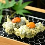 とろとろのウニ豆腐を韓国ノリでサンドしました。磯の香りのハーモニーをお楽しみください。