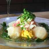 ホタテ、ずわい蟹とニンジンムースのハーブサラダ~燻製出汁ジュレ~