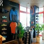 スイスのスポーツブランド「On」のアイテムを店内で販売