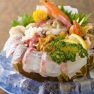 南三陸と鶴岡の漁師から直送で届く季節の魚介類、市場でオーナー店主が目利きして仕入れた鮮魚などの盛り合わせ。厚めに切ってあり、豪快さを感じられる一皿となっています。