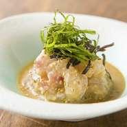 潮の流れが速い庄内沖で育ち、身の締まった良質な庄内産の鯛を白胡麻ペーストで和え、濃厚に仕上げられた一品。甘じょっぱい味付けで、後を引く美味しさです。日本酒のアテにおすすめ。