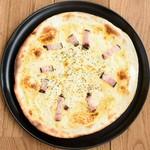 カルボナーラソース/モッツァレラチーズ/ベーコン/パルメジャーノレジャーノチーズ/黒胡椒
