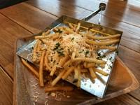 パルメザンチーズがかかったフライドポテトです。