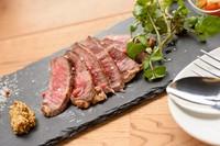 旨みのある牛モモ肉を香ばしく焼き上げました。  付け合わせのサラダと一緒にどうぞ。 (100g)¥1380  (150g)¥1880  (200g)¥2480