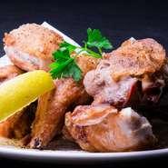 どんなお酒にも合う、絶品のアテ。ひな鶏の半身をシンプルに素揚げし、柔らかくジューシーな素材本来の持ち味を引き出し。黄金色の香ばしい表面をかぶりつくと、肉汁の旨みが口中に広がり、まさに至福!