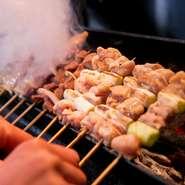 厳選した朝びき鶏の新鮮&多彩な部位から、その日のおすすめを選りすぐって、お得な盛り合わせに。ねぎまをはじめとする焼鳥に加え、豚ばらなども登場。いろいろな味わいと食感を1本ずつ楽しめます。