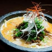 豚骨と鶏ガラからとったスープを使うので、濃厚な旨みとトロミが絶品。辛さを控えめに仕上げているので、〆に味わうとマイルドな美味しさにホッと和みます。石鍋で供するので、温かいまま楽しめるのも◎。