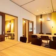 可動式の壁で自由に空間を仕切ることができる一角があり、少人数から最大30名程度まで個室での食事が楽しめます。周囲の目を気にせずくつろぎたい時にぴったり。個室の利用を希望される場合は前日までにご予約を。